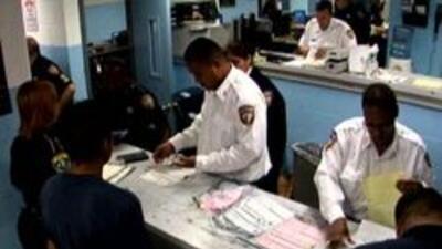 Agentes procesando a acusados