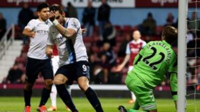 Alvaro Negredo celebra uno de sus goles ante West Ham en la Copa de la L...