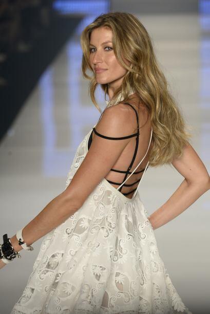 La modelo se mostró feliz mientras modelaba prendas de la colección prim...