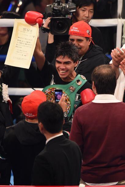 Pedro Guevara luce su cinturón y certificado de campeón mundial.