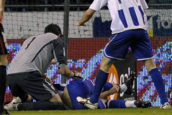 El brasileño chocó con el portero al chutar. Todos reaccionaron de inmed...