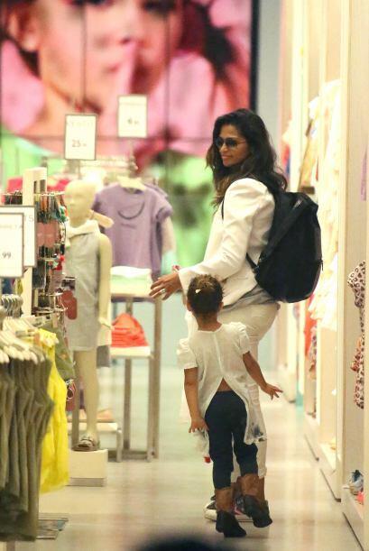 La guapa modelo Camila Alves, es de las mamis que quieren que sus hijito...