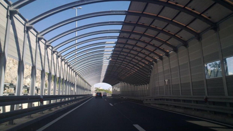 Barrera de protección contra el ruido de la autopista A7, cerca de Rijek...