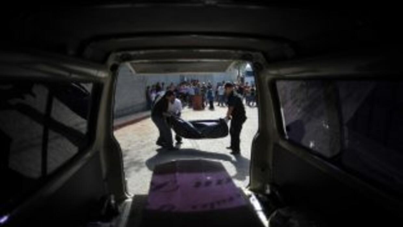 El vehículo en el que viajaban las víctimas fue incendiado por los ataca...