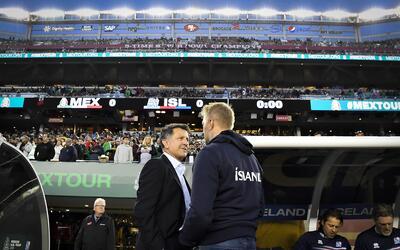 El timonel charló con el DT de Islandia previo al partido.
