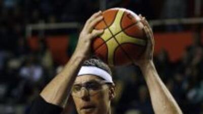 Daniel Santiago, de Puerto Rico, controla la pelota.