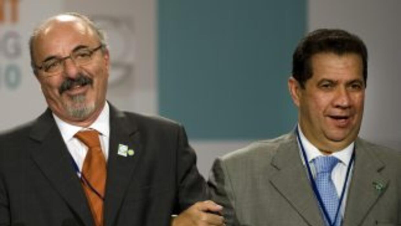 El ministro de Trabajo de Brasil, Carlos Lupi (derecha), afirmó que cont...