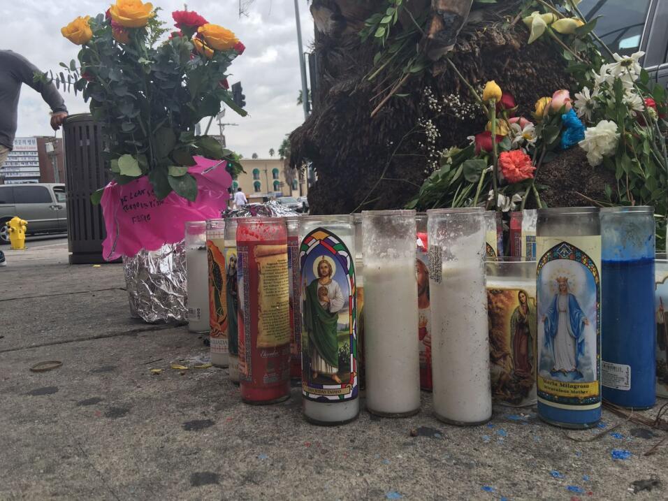 Un altar colocado en la esquina en el oeste de Los Ángeles desde donde p...