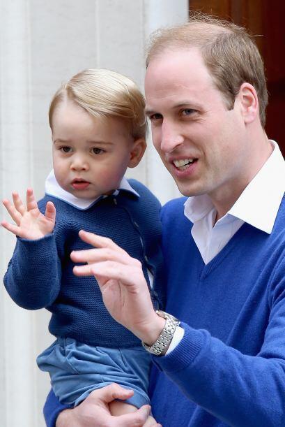 William, vestido con pantalón oscuro y jersey de pico azul eléctrico, fu...