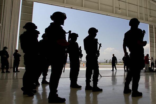 Desde su llegada al poder, Calderón enlistó al ejército mexicano en la l...