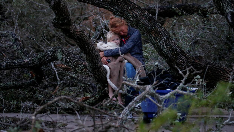 Lisa Rehr y su hijo Maximus después de que perdieron su hogar con...