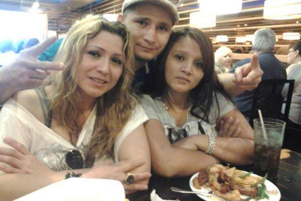 Elvin Torres con amigas en un restaurante por la fiesta de Independencia.