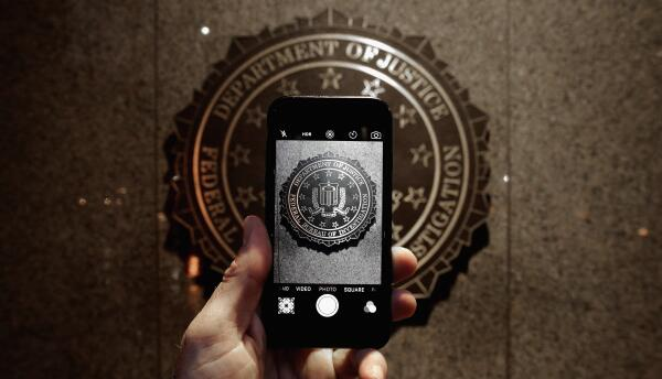 El sello oficial del FBI visto desde la pantalla de un iPhone.