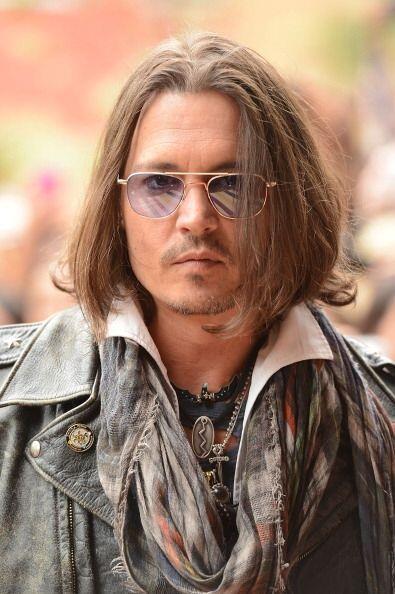 Otro famoso que no deja que ningún estilista toque su cabello es Johnny...