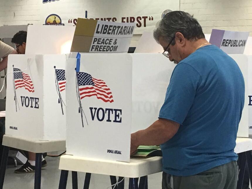 Votante participa en las primarias de California en La Puente.