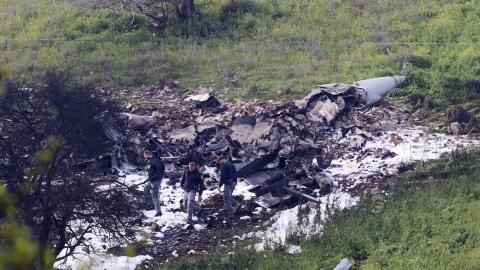 Miembros de las fuerzas de seguridad israelí junto a los restos d...