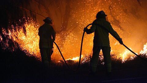 Varias viviendas están siendo amenazadas por un voraz incendio en Santa...