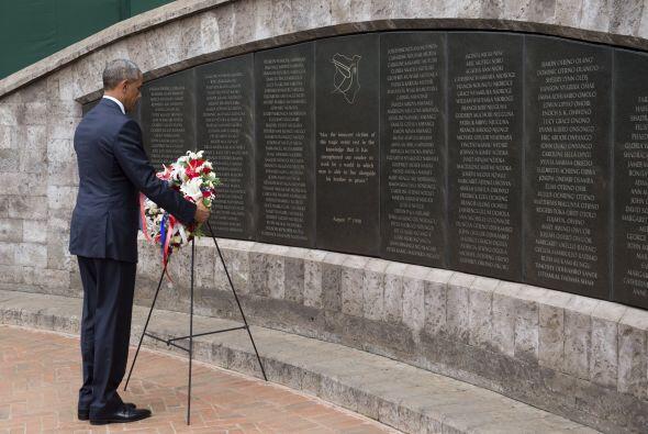 El presidente de EEUU pone una ofrenda floral en el Parque Memorial de N...