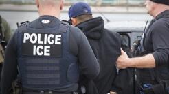 Un agente de ICE en un raid realizado a principios de febrero en Califor...