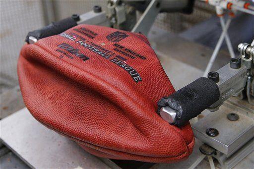Ya formadas las bases empieza el trabajo de costura de cada balón por se...