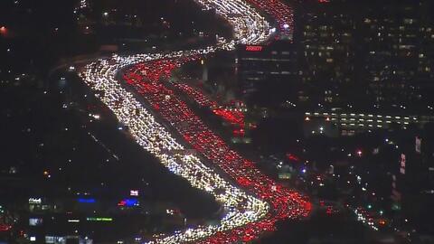 Atasco de tránsito en la autopista I-405 en Los Ángeles el...