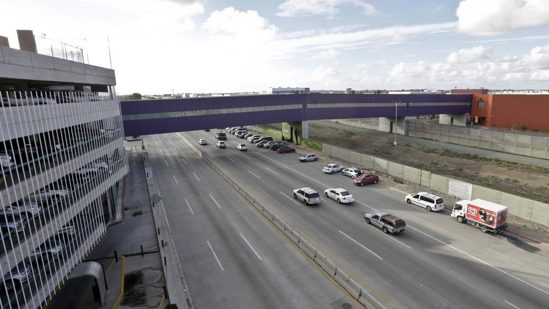 El puente CBX conecta una terminal de pasajeros en San Diego, California...