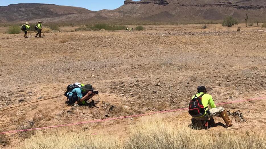Voluntarios de organización humanitaria encuentran los restos de tres in...