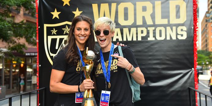 Carli Lloyd (izquierda) y Megan Rapinoe posan junto al trofeo del Mundia...