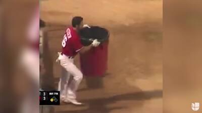 El berrinche más creativo: beisbolista reclama con bote de basura