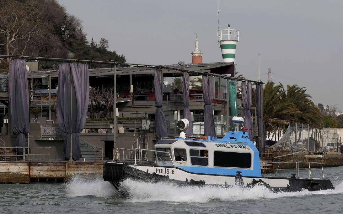 La guardia costera turca patrulla frente al club Reina, donde según medi...