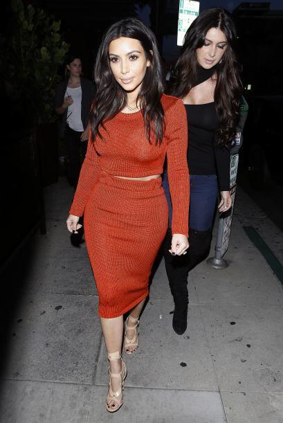 Kim estaba enfundada en un entalladísimo vestido rojo. Más videos de Chi...