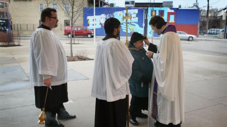 Mediante el programa, sacerdotes acuden a zonas de las ciudades para pon...