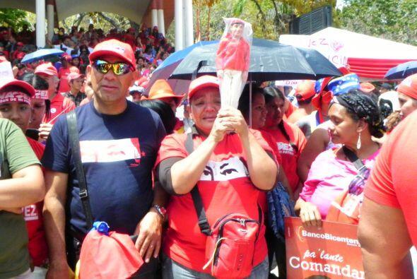 La gente lloraba inconsolable con el muñeco de Chavez en la mano, de la...