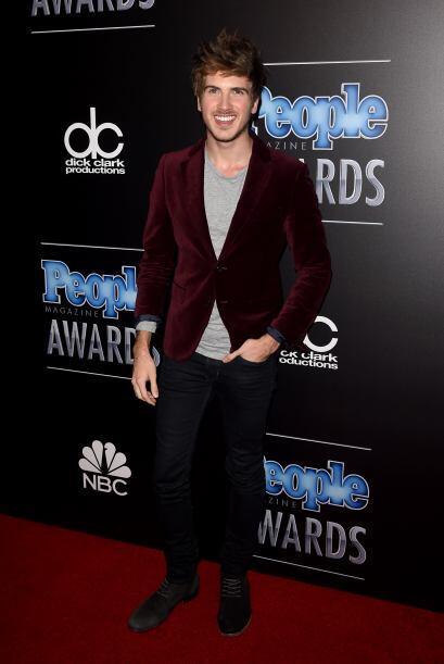 Que alguien le diga a Joey Graceffa cómo se debe vestir para este...