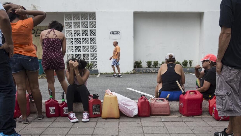 Residentes hacen largas filas para conseguir gasolina en San Juan, Puert...