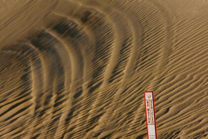 <b>Desierto de Sonora.</b> Alrededor de Yuma, en Arizona, hay zonas donde el desierto se hace más arenoso y complicado, y no existe ninguna división en la frontera. Algunos tramos están protegidos por una pequeña valla diseñada para que no pasen vehículos.