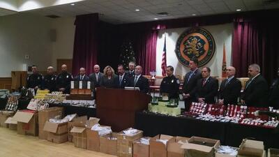 La policía del condado de Nassau muestra los artículos pirateados confis...