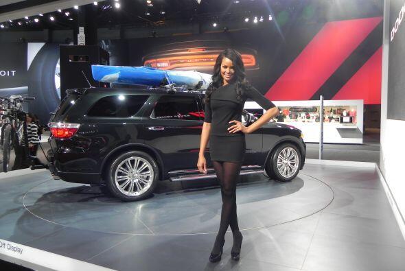 La bella modelo posó junto al nuevo modelo SUV de Dodge.