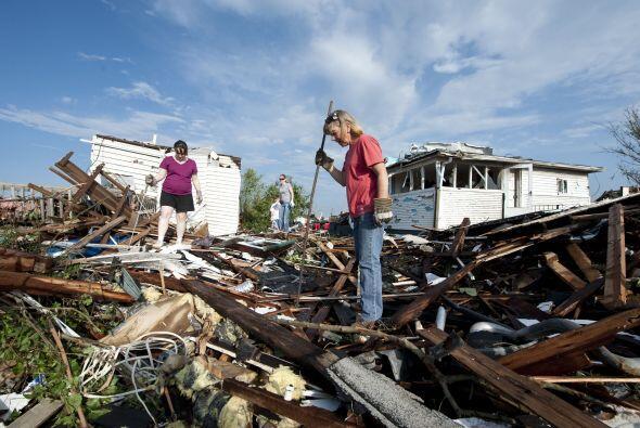Los socorristas rescataron el lunes a 17 personas de entre los escombros...