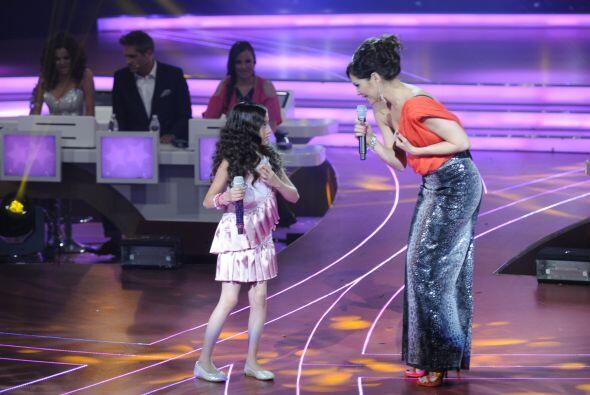 La cantante acompañó a Kenia del escuadrón Pequeños Guerreros.
