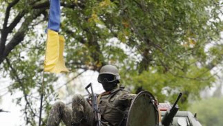 Soldados ucranianos en su vehículo militar. Kiev ha logrado la liberació...