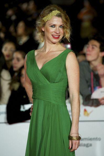 Y para el cabello también hay opciones, una diadema floral en un verde s...