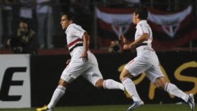 Jadson festeja el primer gol del Sao Paulo en la victoria por 3-2 del co...