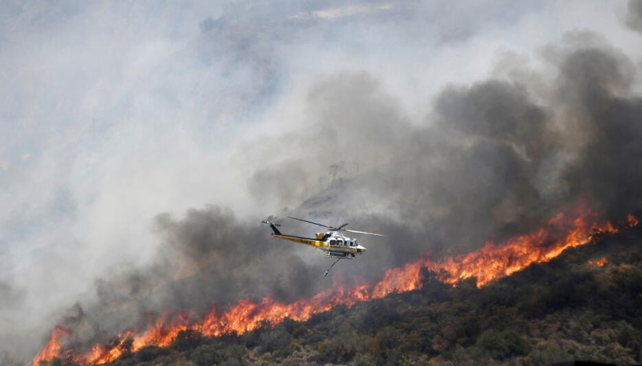 Arden las montañas de Los Ángeles cerca de Azusa y Duarte 2016-06-21T004...