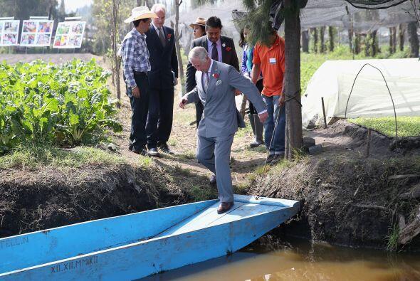 Después visitó los alrededores de Xochimilco y así subió a la trajinera.