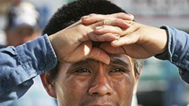 Cada año unos 100 mil campesinos mexicanos consiguen una visa temporal p...