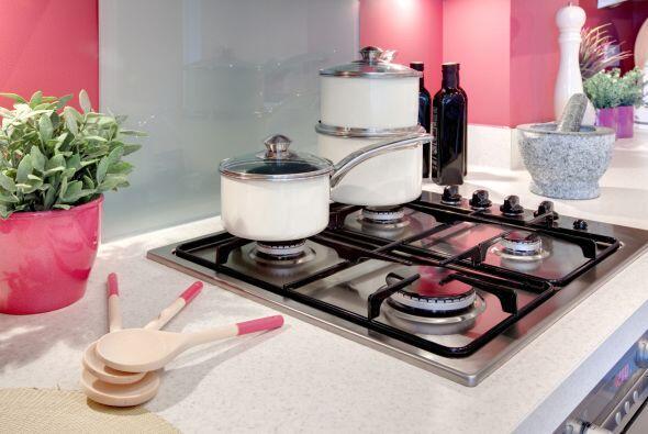 8. El juego de cocina con sartenes, ollas y recipientes de horno te saca...