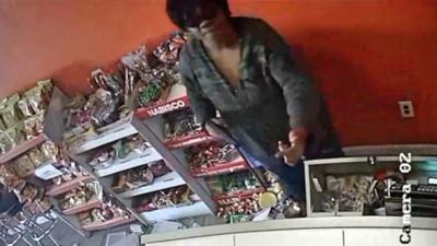 """Buscan a una mujer """"armada y peligrosa"""" que ha realizado varios de robos en tiendas de Sur Los Ángeles"""