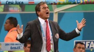 Jorge Luis Pinto preocupado por las faltas fingidas de Argen Robben.