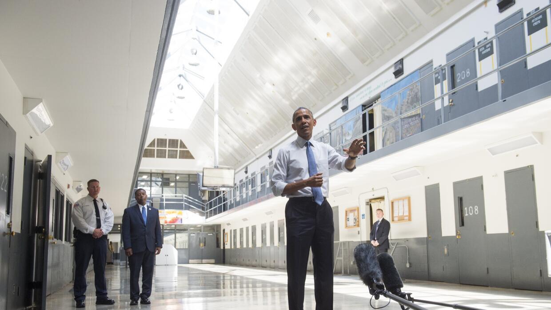 El presidente Barack Obama visita el centro correccional federal de Reno...
